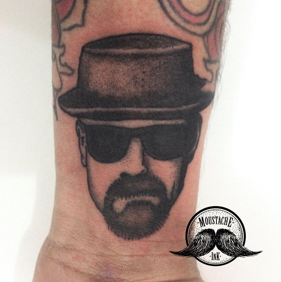 Bom esse todos devem saber o nome se quiser digam o seu nome, feita pelo tatuador Ricardo Augusto no seu pulso por ele mesmo, acho que gostou bastante da série hein.
