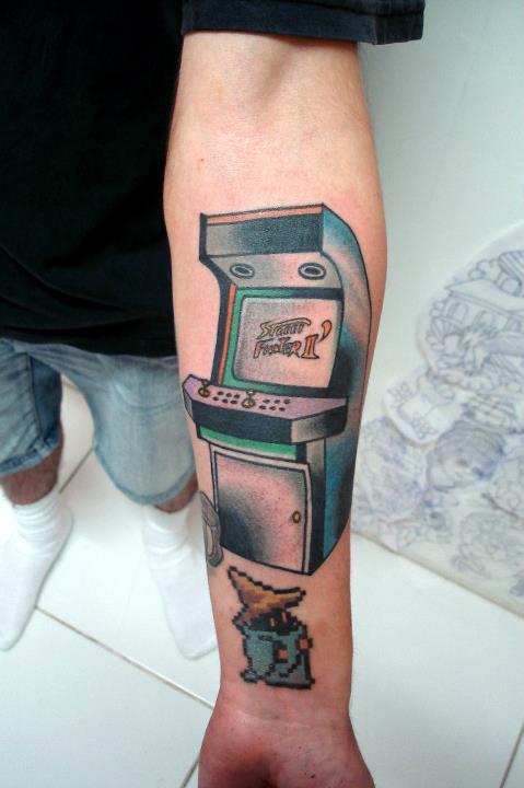 A maquina de arcade foi feita por Lucas e o Black Mage foi feito pelo Tyago Silva no braço do grande tatuador Maxwell Alvez.