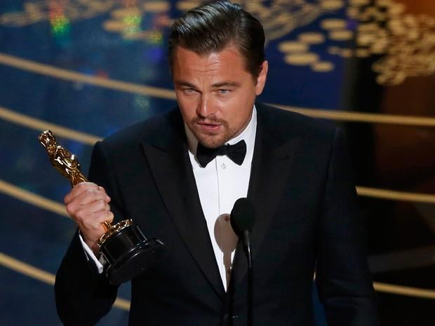 Leonardo DiCaprio recebe Oscar de melhor ator por 'O Regresso'.