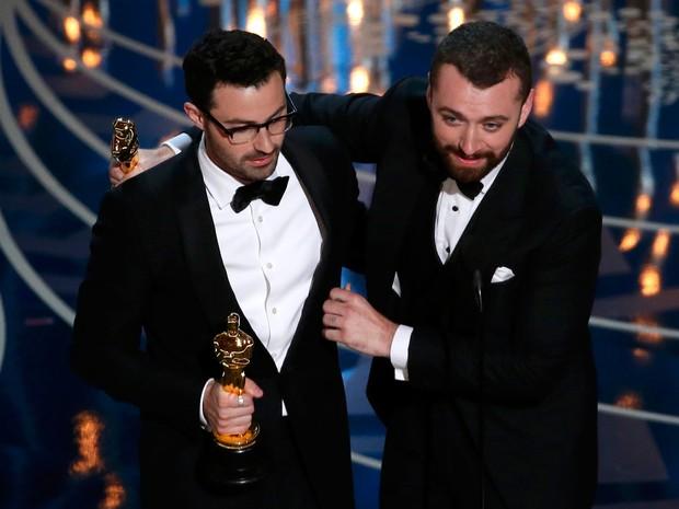 Sam Smith e Jimmy Napes recebem oscar por 'Writing's On The Wall'.